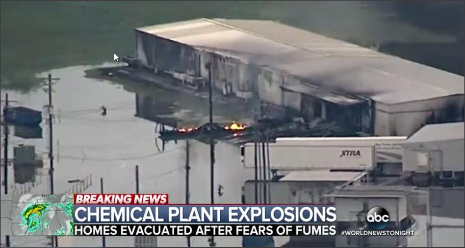 Une usine de produits chimiques au Texas est la proie des flammes suite au passage d'Harvey